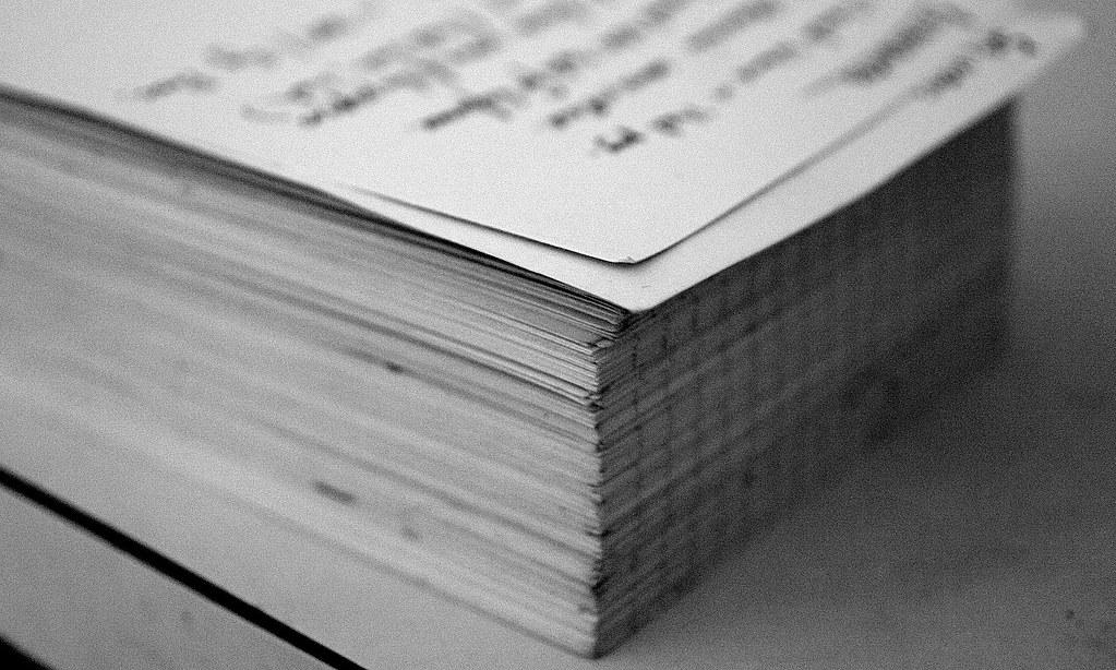 Ein Papierstapel aus einer Abschlussarbeit